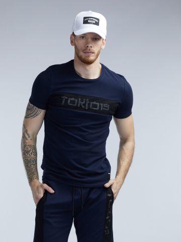 חולצת טי ספנדקס עם סטריפ רשת