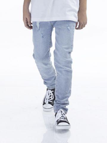 ג'ינס תכלת עם קרעים