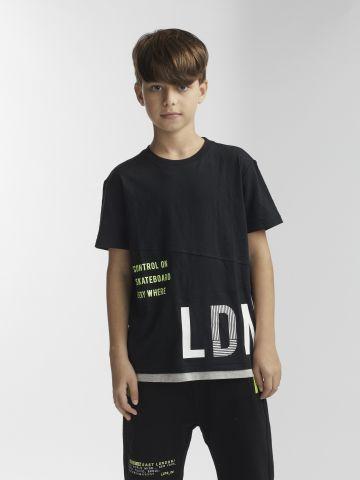 חולצת טי נאון עם חיתוכים
