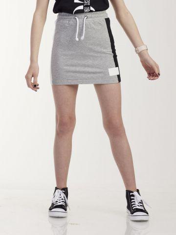 חצאית ספורטיבית עם פסי צד