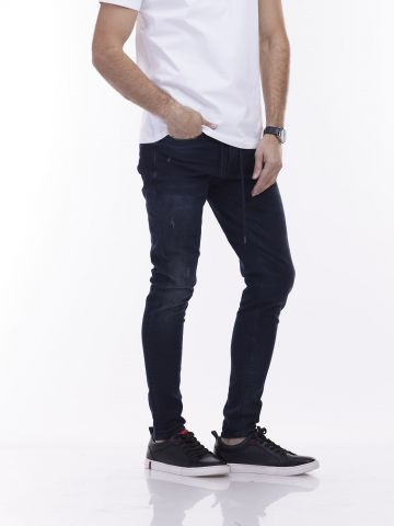 ג'ינס כהה עם קרעים פרומים