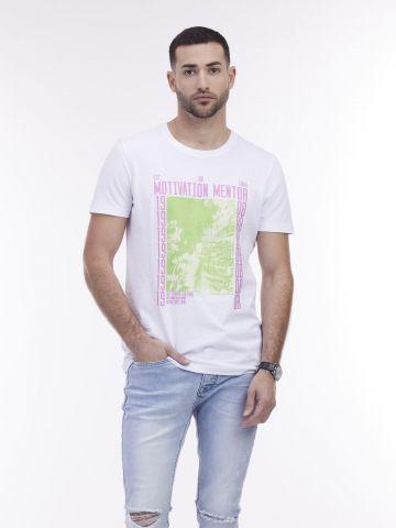 חולצת טי עם הדפס פוטו במרכז