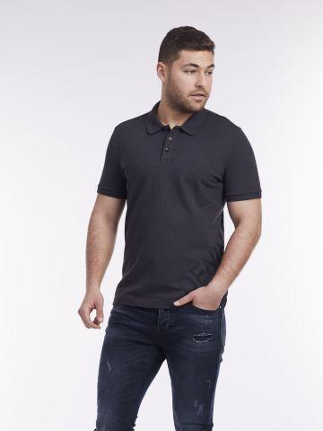 חולצת פולו עם כיתוב אלכסוני