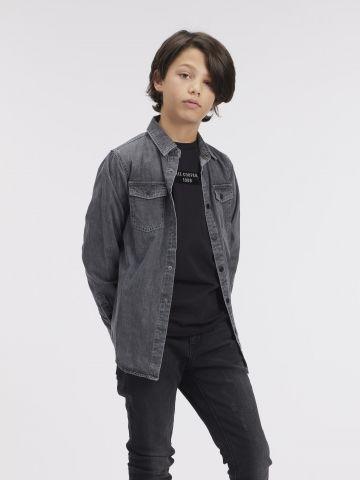 חולצת ג'ינס אפורה עם הדפס בגב