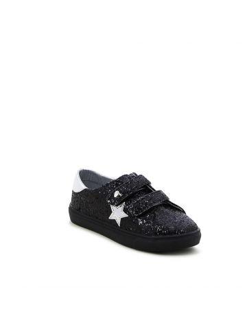נעלי סניקרס נוצצות עם כוכב