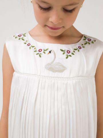 שמלת פליסה לבנה עם רקמה