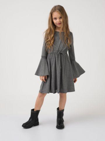 שמלה עם שרוולי פעמון