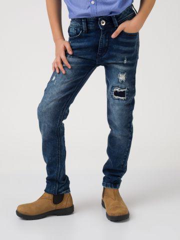 מכנסי ג'ינס עם קרע סגור