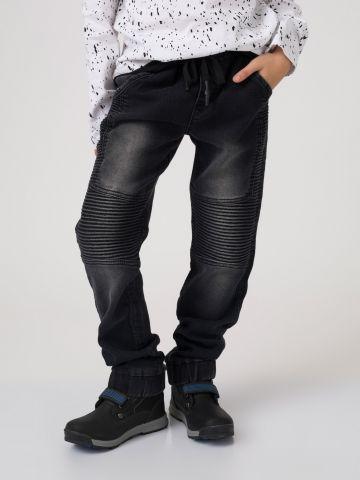 מכנסי ג'ינס עם קפלים