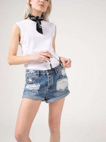 ג'ינס קצר עם קרעים סגורים