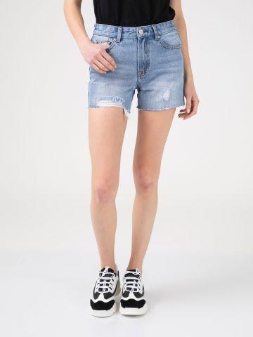 שורט ג'ינס עם סיומת גזורה
