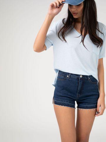 מכנסי ג'ינס עם חיתוכים בצדדים