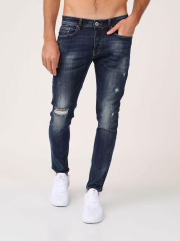 ג'ינס עם קרעים פרומים