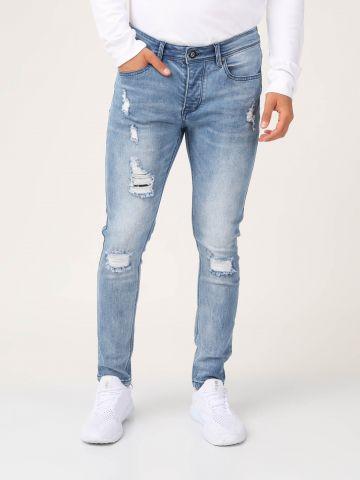 ג'ינס כחול בהיר עם קרעים