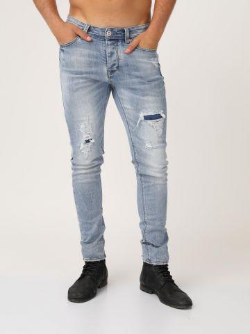 ג'ינס בהיר עם קרעים סגורים