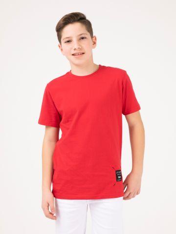 חולצת טי תווית אחורית