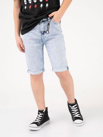 מכנסי ג'ינס עם תליון גולגולת
