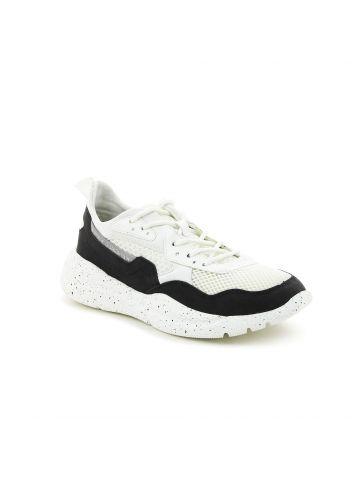נעלי סניקרס עם סולייה מנוקדת